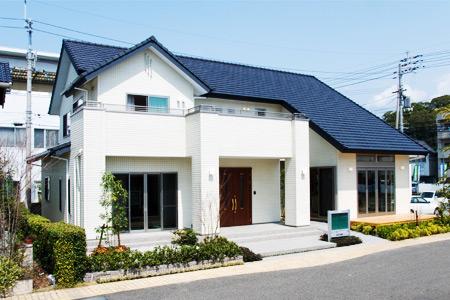 「自然乾燥させた 「えひめの木」を100% 使った展示場」◆新日本建設